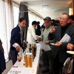 熟成古酒ルネッサンス2012 数々の熟成古酒を利く来場者